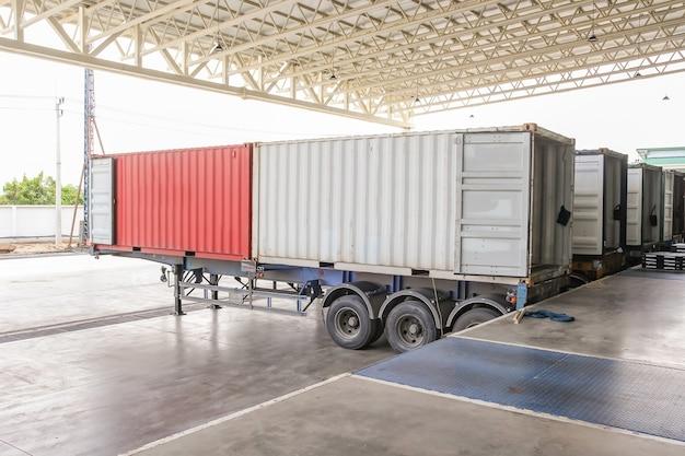 Transport de marchandises - conteneurs et camions dans l'entrepôt