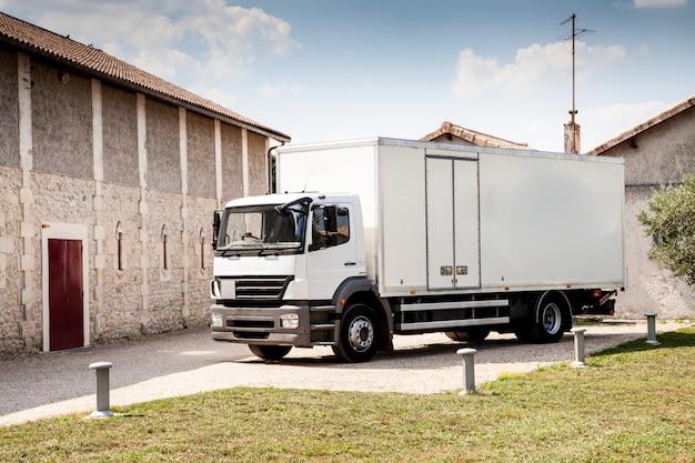 Transport maritime, transport logistique et transport de fret, entreprise industrielle, concept commercial, camion de livraison blanc