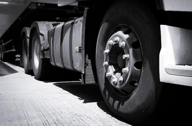 Transport par camion, gros plan camion roue semi camion garé dans le dépôt.