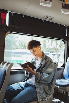 Transport. personnes dans le bus. concept de message de romancier d'imagination de journalisme d'écrivain