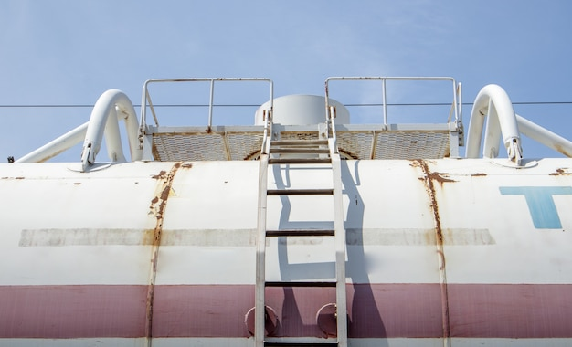 Transport de pétrole. réservoir de stockage de gaz naturel. citernes à cargaison à la gare. concept d'entreprise. gaz qui, sous certaines conditions, peut se transformer en liquide.