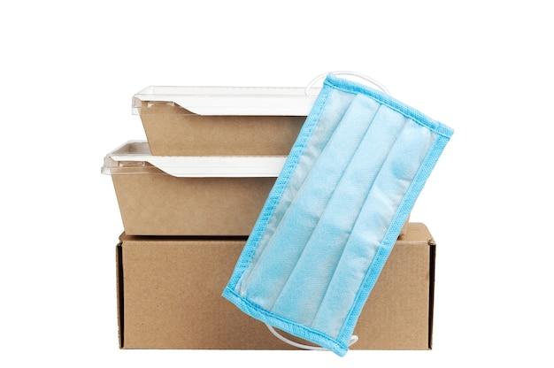 Transport Rapide Et Sûr. Carton Avec équipements Médicaux De Protection. Photo Premium