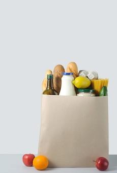 Transportant un sac d'emballage de nourriture et de boissons d'épicerie du magasin. livraison à domicile.
