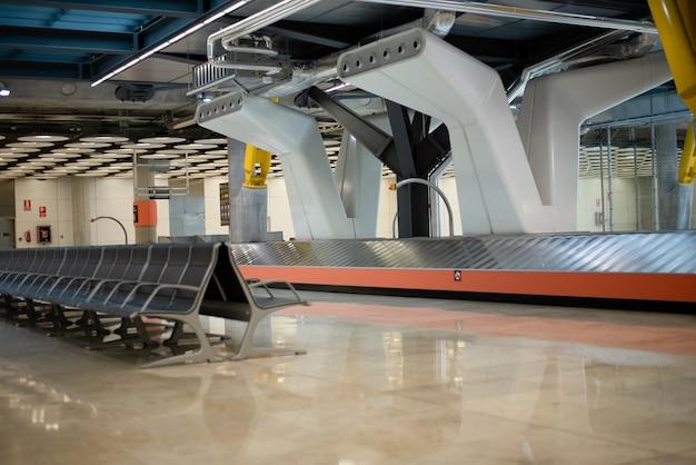 Transporteur vide bagages ceinture de l'aéroport et se trouve