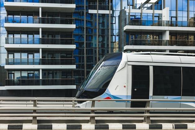 Transports publics de tramway de dubaï dans une rue