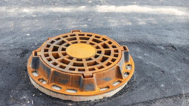 Trappe de route d'égout pluvial. fermer. travaux routiers. collecte et évacuation des eaux de pluie de la rue.