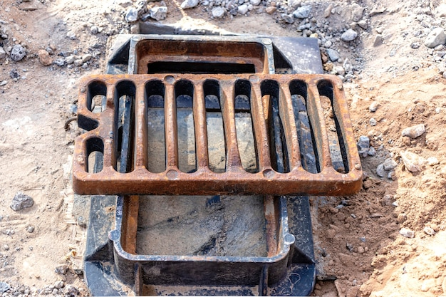 Trappe de route d'égout pluvial prête à être installée. fermer. travaux routiers. collecte et évacuation des eaux de pluie de la rue.