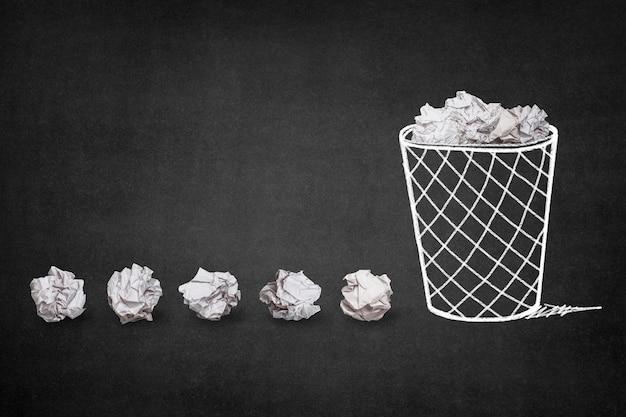 Trash avec des boules de papier
