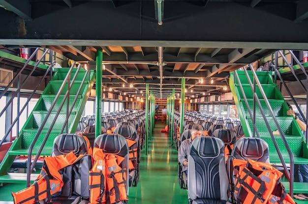 Trat/thaïlande-20 sept. 2020:les personnes non familiarisées en ferry voyagent de trat à l'île de koh kood en thaïlande en basse saison.