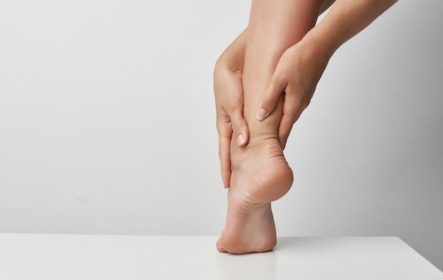 Traumatisme pieds bandés problèmes de santé traitement médicamenteux. photo de haute qualité