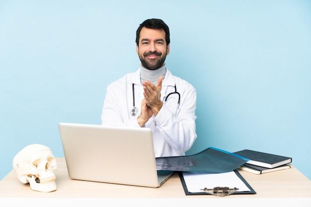 Un traumatologue professionnel en milieu de travail applaudit après sa présentation lors d'une conférence