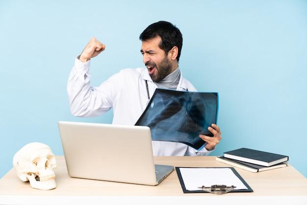 Traumatologue professionnel en milieu de travail célébrant une victoire