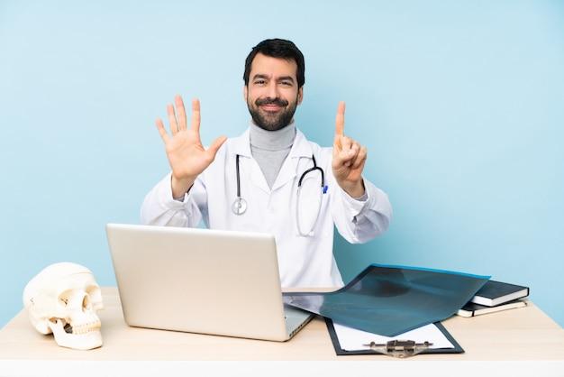 Traumatologue professionnel en milieu de travail comptant six avec les doigts