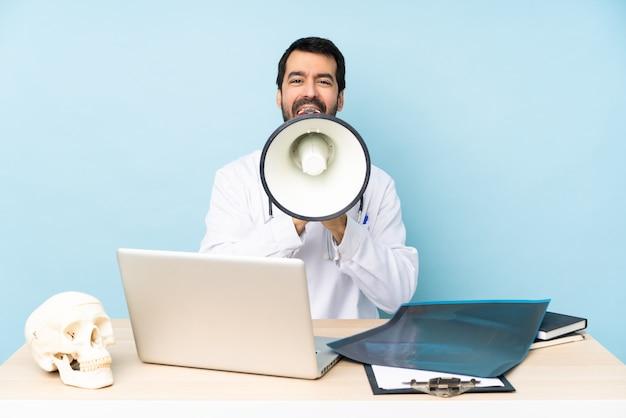 Traumatologue professionnel en milieu de travail criant dans un mégaphone