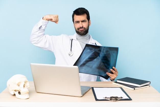 Traumatologue professionnel en milieu de travail faisant un geste fort