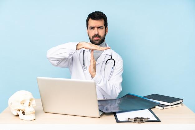 Traumatologue professionnel en milieu de travail faisant un geste de temps mort