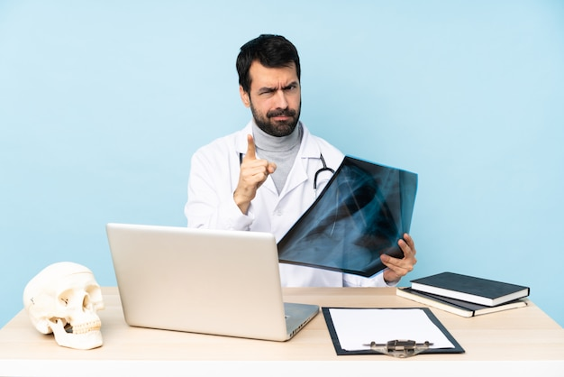 Traumatologue professionnel en milieu de travail frustré et pointant vers l'avant