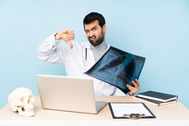 Traumatologue professionnel en milieu de travail montrant le pouce vers le bas