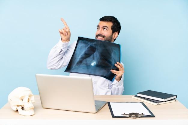 Traumatologue professionnel en milieu de travail pointant avec l'index une excellente idée