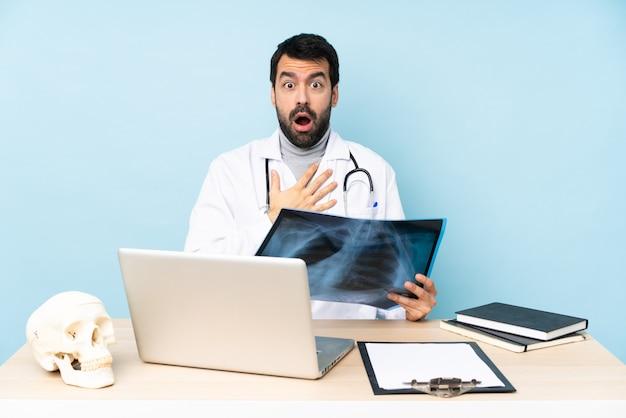 Un traumatologue professionnel en milieu de travail surpris et choqué tout en regardant à droite