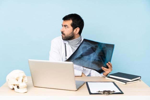 Traumatologue professionnel en portrait en milieu de travail