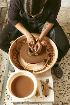 Travail d'artisan professionnel à l'atelier