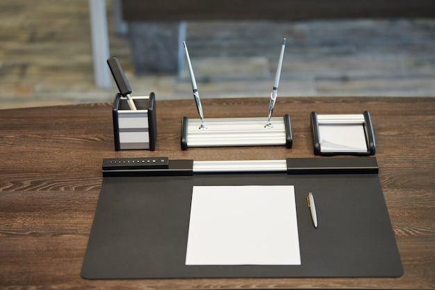 Travail de bureau avec papeterie. patron, chef, superviseur ou chef d'entreprise dans un bureau moderne.
