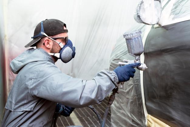 Le travail des carrossiers est la réparation de carrosseries de voitures ou de carénages de véhicules ou d'avions ayant subi des accidents ou des chocs.