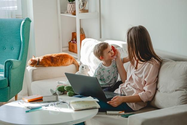 Travail de concept à la maison et éducation familiale à domicile, mère travaillant avec un ordinateur portable
