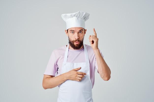 Travail de cuisine de restaurant de cuisine d'homme barbu