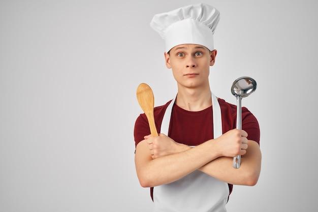 Travail de cuisine d'ustensiles de cuisine de parc d'avions de chef masculin