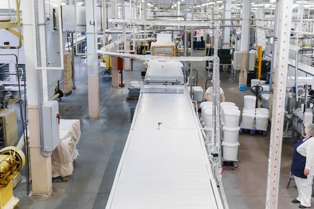 Travail dans l'atelier d'une usine de confiserie automatisée moderne avec des lignes de convoyage