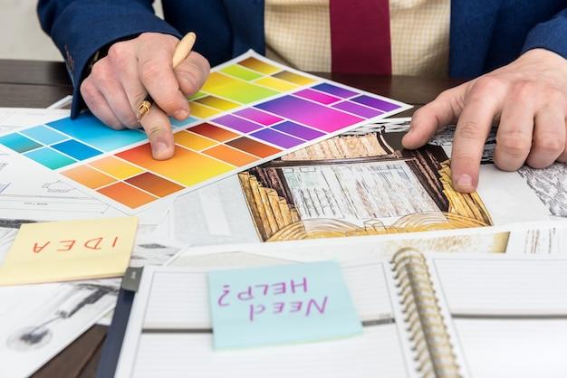 Travail de designer au bureau avec croquis créatif et échantillon de couleur pour une rénovation moderne. projet d'architecte