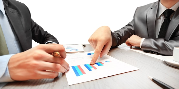 Travail de deux jeunes hommes d'affaires utilisant le pavé tactile lors d'une réunion