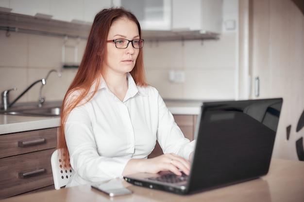 Travail à distance à domicile pendant la quarantaine et l'épidémie