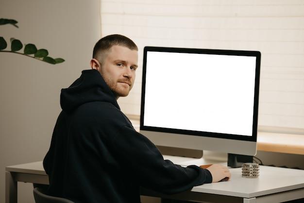 Travail à distance. un homme d'affaires travaille à distance à l'aide d'un grand ordinateur tout-en-un.