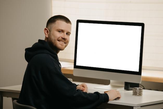 Travail à distance. un homme d'affaires travaille à distance à l'aide d'un ordinateur tout-en-un.