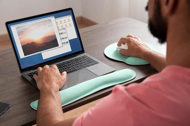 Travail à domicile dans un poste de travail ergonomique