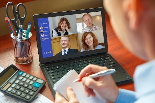 Travail à domicile. les gens font une vidéoconférence avec plusieurs collègues