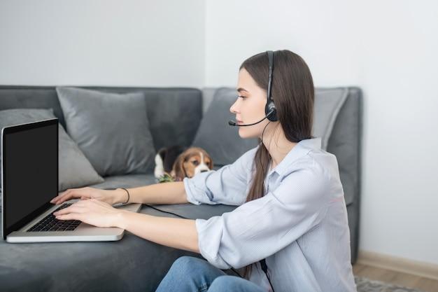 Travail à domicile. opérateur de galop d'appel travaillant à domicile et ayant l'air impliqué