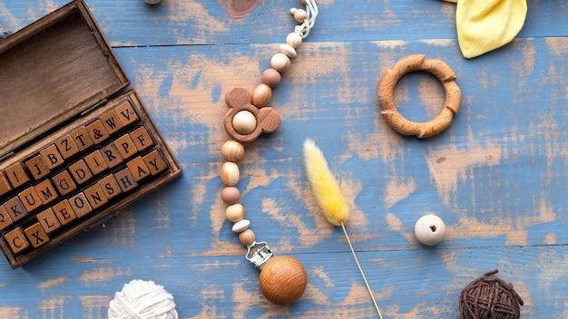Travail du bois, jeu de lettres, objets faits à la main, composition des matériaux. vue de dessus