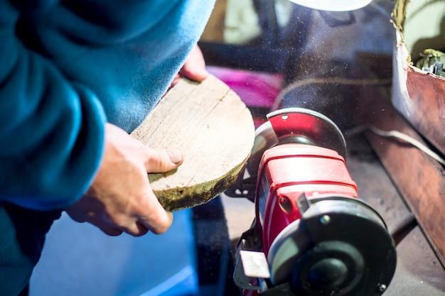 Travail du bois sur une machine