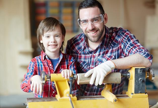 Travail du bois avec le père