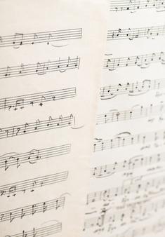 Le travail du compositeur folklorique ouzbek vintage feuille de papier avec des notes de musique manuscrites