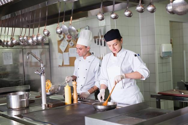 Le travail du cuisinier dans la cuisine du restaurant.