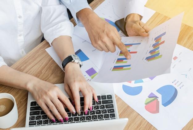 Travail d'équipe d'affaires analyse des graphiques et des stratégies stratégie ordinateur portable moderne