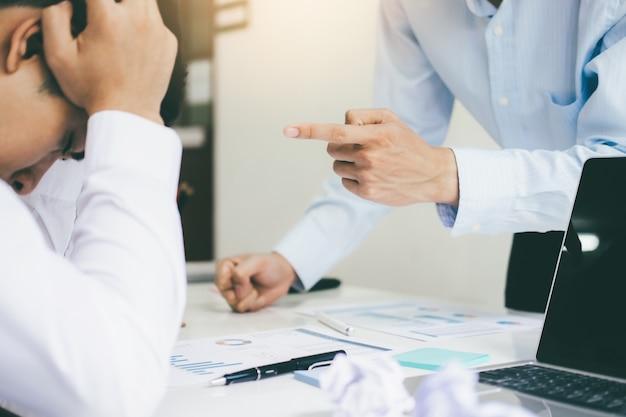 Travail d'équipe en affaires blâmant le partenaire et discussion sérieuse.