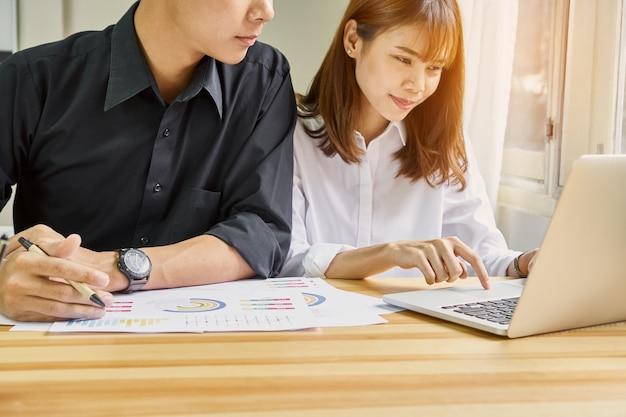 Le travail d'équipe analyse les stratégies de travail. pour trouver le meilleur moyen de développer une entreprise.