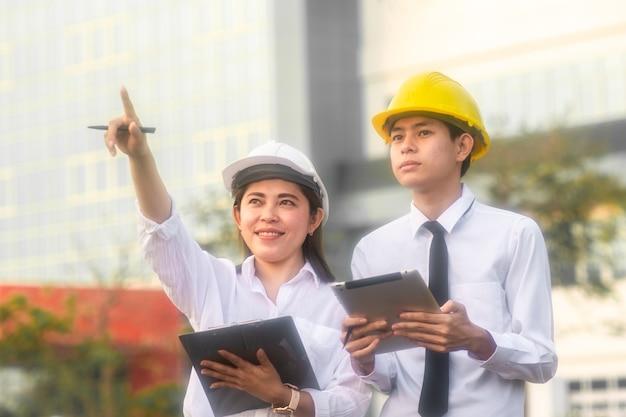 Travail d'équipe d'architecte debout parlant succès