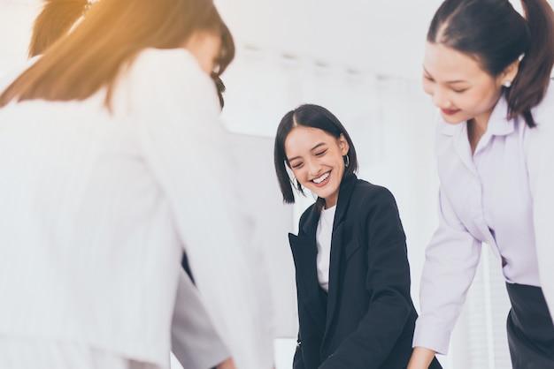 Travail d'équipe asiatique d'affaires au bureau, personnes partageant des idées et discutant du projet, concept de réunion de remue-méninges